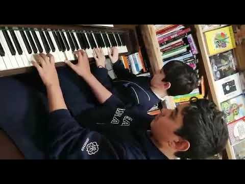 Valentín y Santino, pianistas de Las Karamazov, tocando a cuatro manos.