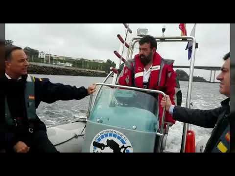 Román Rodríguez navega por la zona en la que se hundió el galeón Santiago, en Ribadeo