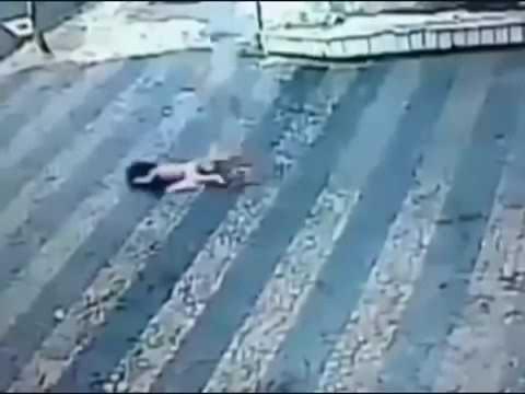 Ребёнок упал в 3 этаж но жив