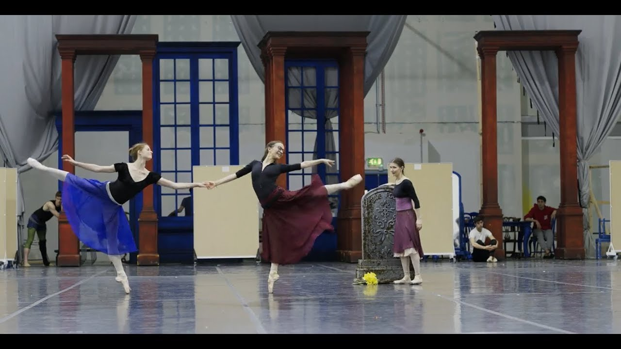 Cinderella: stepsisters in rehearsals | English National Ballet