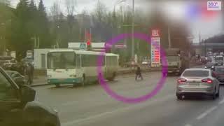 Пешеходы нарушают правила дорожного движения, ДТП и аварии. Видео подборка