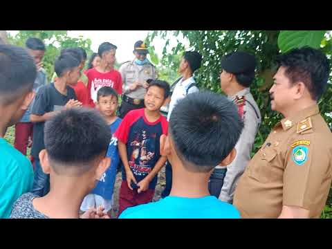 Polisi Ramah Anak  Anggota Polsek Pallangga dan Kades Julubori  Melakukan Penyuluhan d pinggir sawah