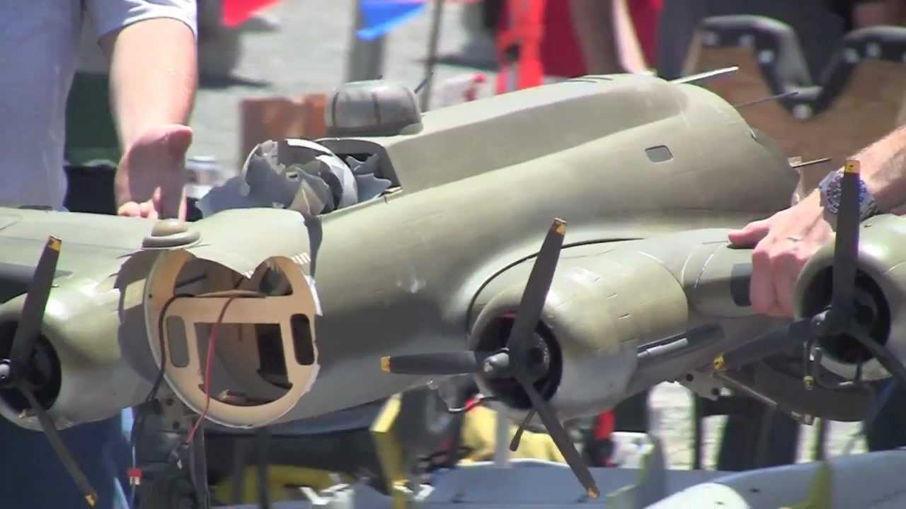 Rc Giant B 17 Crashed Formation With P 51 Amp P 39 Chino