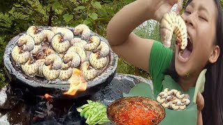 Eating show-Beautiful girl Find worms cooking on a rock-eating delicious