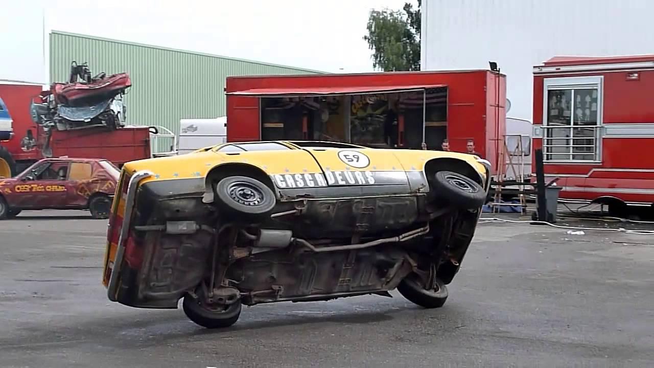 Cascade De Voiture : cascade une voiture qui roule sur 2 roues youtube ~ Medecine-chirurgie-esthetiques.com Avis de Voitures