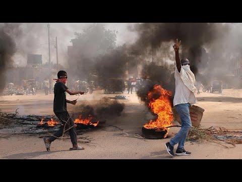 فيديو: اشتباكات بين الشرطة ومتظاهرين موالين للجيش في السودان  - 22:53-2021 / 10 / 24