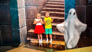 Diana and Roma play at the 3D Art in Paradise MUSEUM