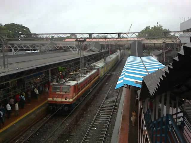 Completely wet Jaipur BCT Duronto Express moves calmly through Andheri station Travel Video