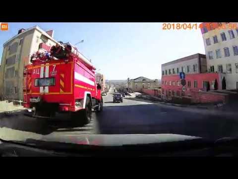 """Пожарная машина """"учит"""" водителей"""