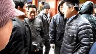 郑州立交桥下,农民工在寒风中等待雇主