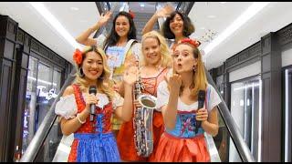 Oktoberfest Damenband OCTOBER-GIRLS in Malaysia, China u.a. von Uta Sophie Halbritter