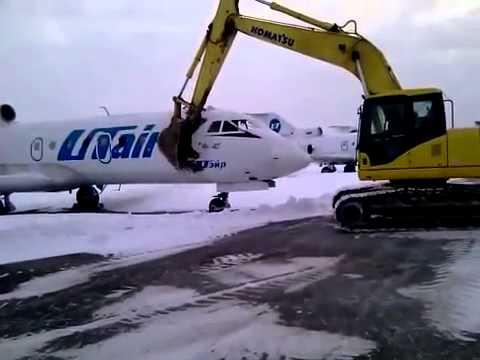 Самолет UTair ломают экскаватором