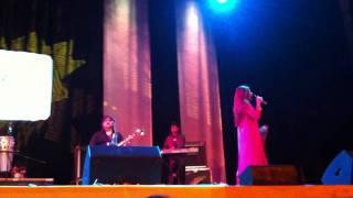 Gambar cover Alka Yagnik Live - Kuch Kuch Hota Hai Sad - HD Quality - Concert at De Montfort Hall Leicester UK