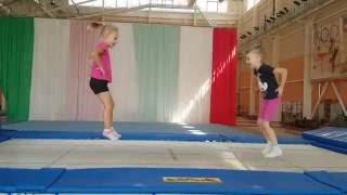 Прыжки на батуте. Прыжки через скамейку с опорой на руки. Гимнастика для детей в Барановичах.
