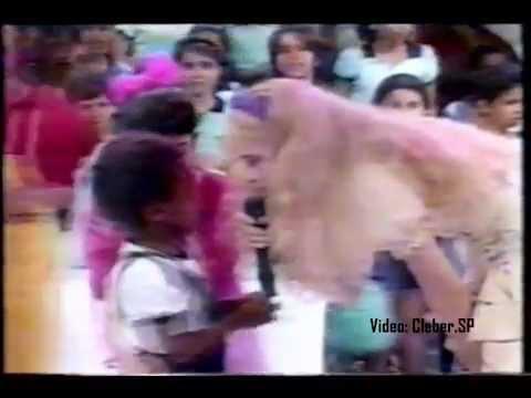 Clube da Criança (1988) - Criança se emociona ao chegar perto de Angélica