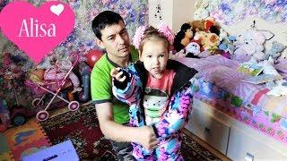Алиса показывает ИГРУШКИ Новый зимний комбинезон Детский канал Little baby Алиса