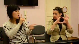 Глухая японка в гостях у Школы жестового языка