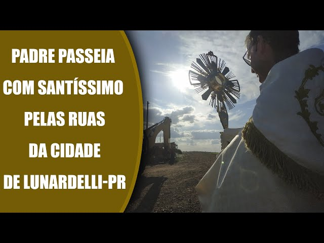 Padre  Passeia com o Santíssimo Sacramento pelas ruas da Cidade de Lunardelli