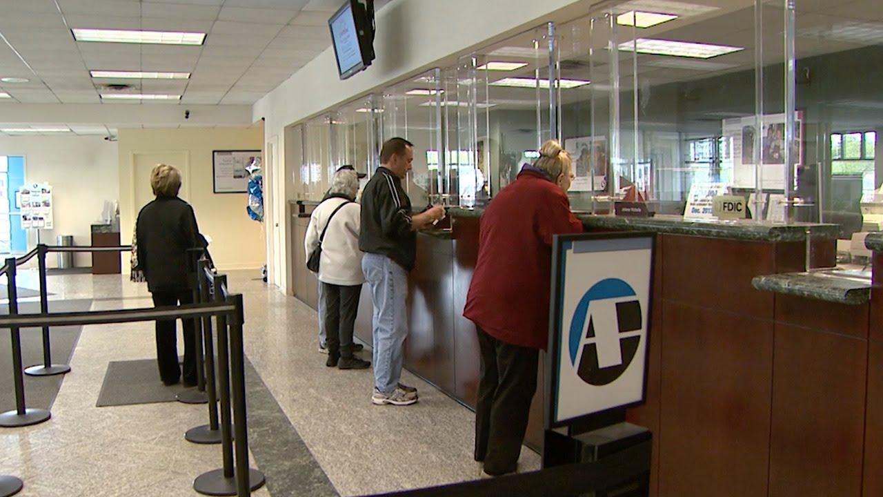 Despite convenience of mobile banking consumers still for Mobili convenienti