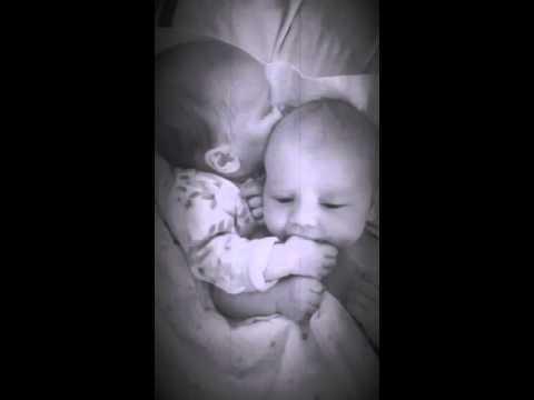 bebe consuela a su gemelo para que pare de llorar