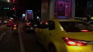 คนต่างชาตินั่งแท็กซี่รถมอเตอร์ไซด์ที่สุขุมวิท