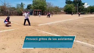 El presidente López Obrador se detuvo para jugar beisbol durante su gira de trabajo en donde visitó la presa Picachos