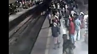 Hero cop filmed risking life to push man out of path of speeding train - Today News