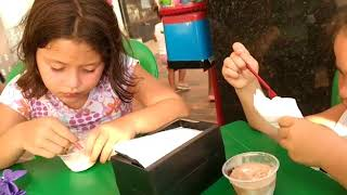 Anny e Yasmin na sorveteria.