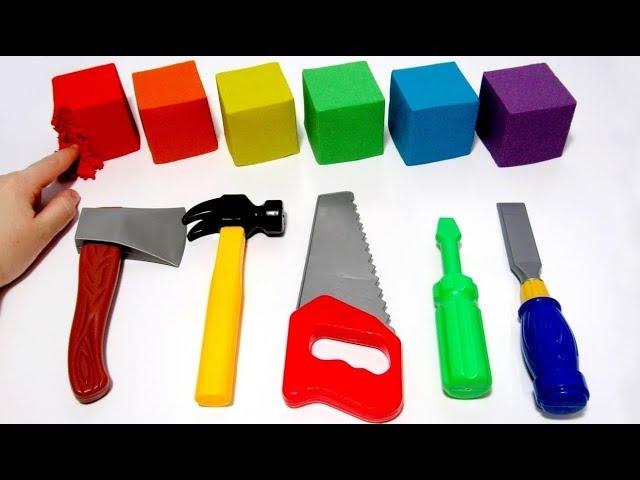 Учим цвета на английском с радужными кубиками из кинетического песка и рабочими инструментами.