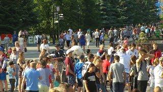 День молодежи посетили хоккеисты «Трактора»