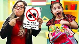 Heloísa e Mamãe brincam de escola