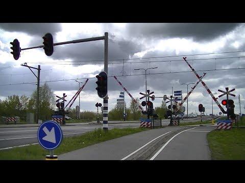 Spoorwegovergang Hazerswoude-Koudekerk // Dutch railroad crossing