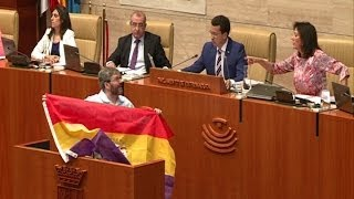 Diputado expulsado de Parlamento por bandera republicana