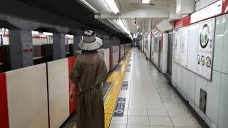 なんとなく電車:東京メトロ南阿佐ヶ谷駅:丸ノ内線荻窪行き到着下車発車&池袋行き発車&荻窪行き新型車両2000系到着光景:ホームの端で歌って踊り続ける謎の女性デュオ20210724_154409