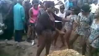 Repeat youtube video Twerking at a funeral in Pretoria