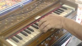 KISI KI MUSKURAHATON sung by Deepak Tahil playing Harmonium: