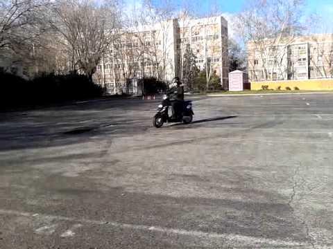 Andrea en su 2ª clase, sin haber llevado moto nunca.
