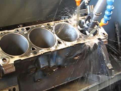 Engine rebuild - cylinder honing a V8 engine