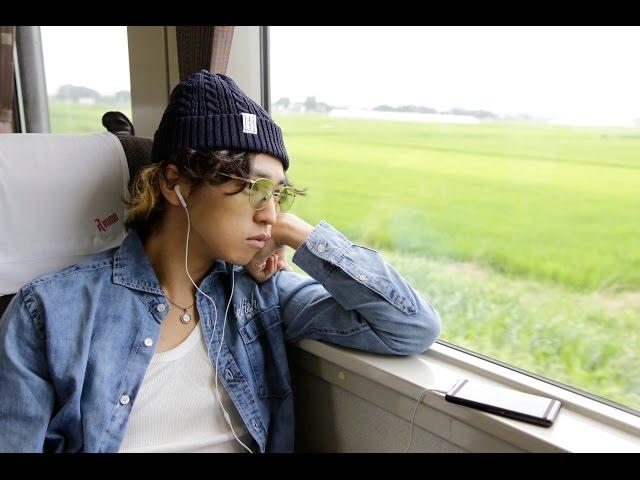 10年ぶりに帰郷したミュージシャン志望の青年は……!映画『群青色の、とおり道』予告編