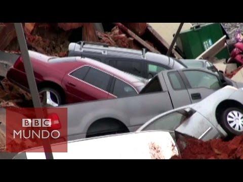 VIDEO: EL ENORME HOYO QUE SE TRAGÓ 12 VEHÍCULOS EN ESTADOS UNIDOS