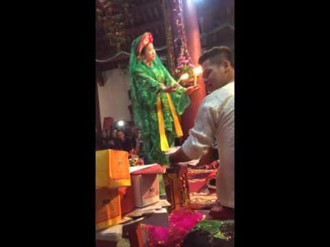 Thanh đồng Nguyễn Thị Thanh Huyền hầu giá chúa bói Nguyệt hồ hầu tại đền cô bé chí mìu ngày 17/10
