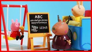 佩佩豬粉紅豬小妹坐新校車上學去的玩具故事