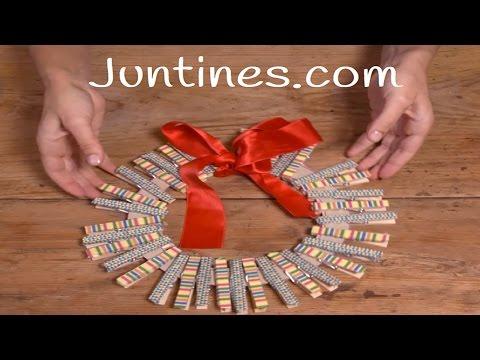 Manualidad de corona navideña con pinzas de la ropa