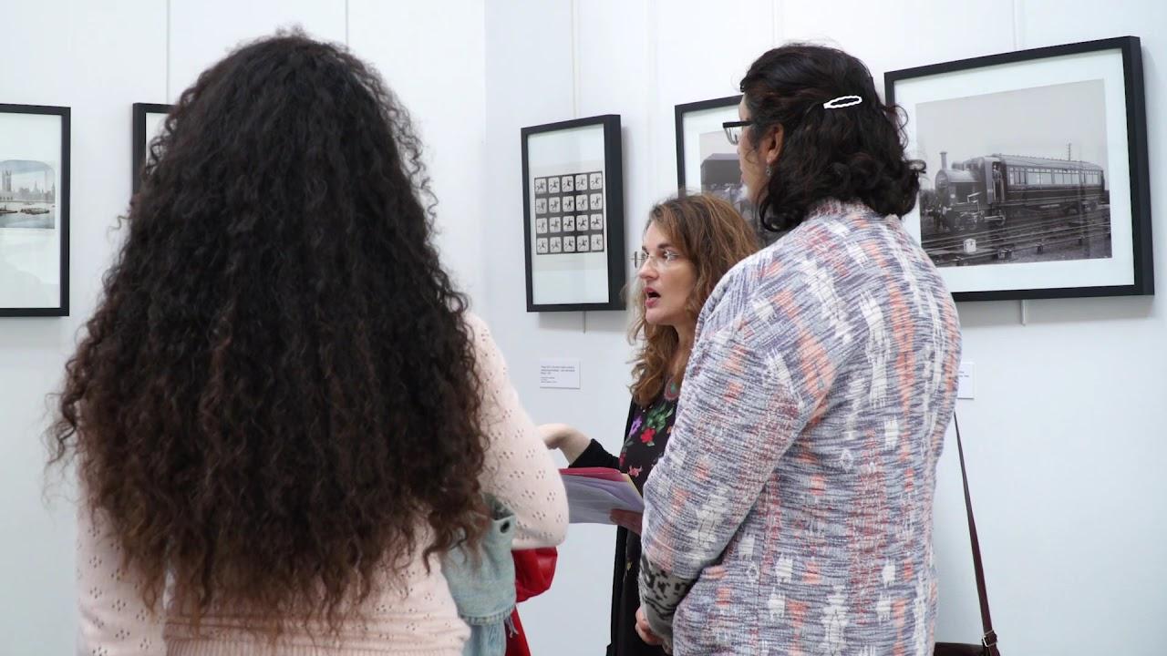 Visite guidée de l'exposition photo à la médiathèque