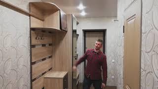 Обзор прихожей с большим зеркалом, авторской обувницей и встроенным шкафом купе.