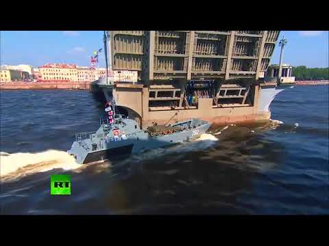 Парад ВМФ.  Катер врезался в опору моста на параде в Петербурге.