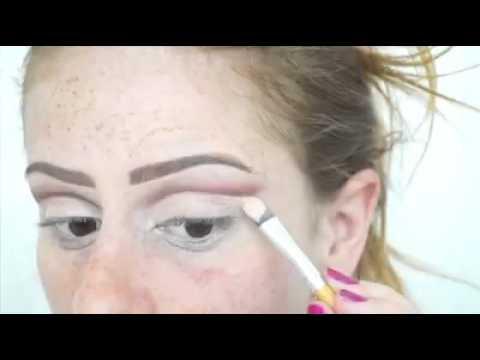 Ayuda de una cuchara para maquillarte