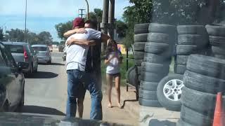 Manuel y su llegada a Santa Fe, en un abrazo interminable con uno de sus amigos