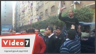 البداية صراخ والنهاية بكاء.. مشادات بين أصحاب عقار مخالف وقوات الأمن أثناء إزالته