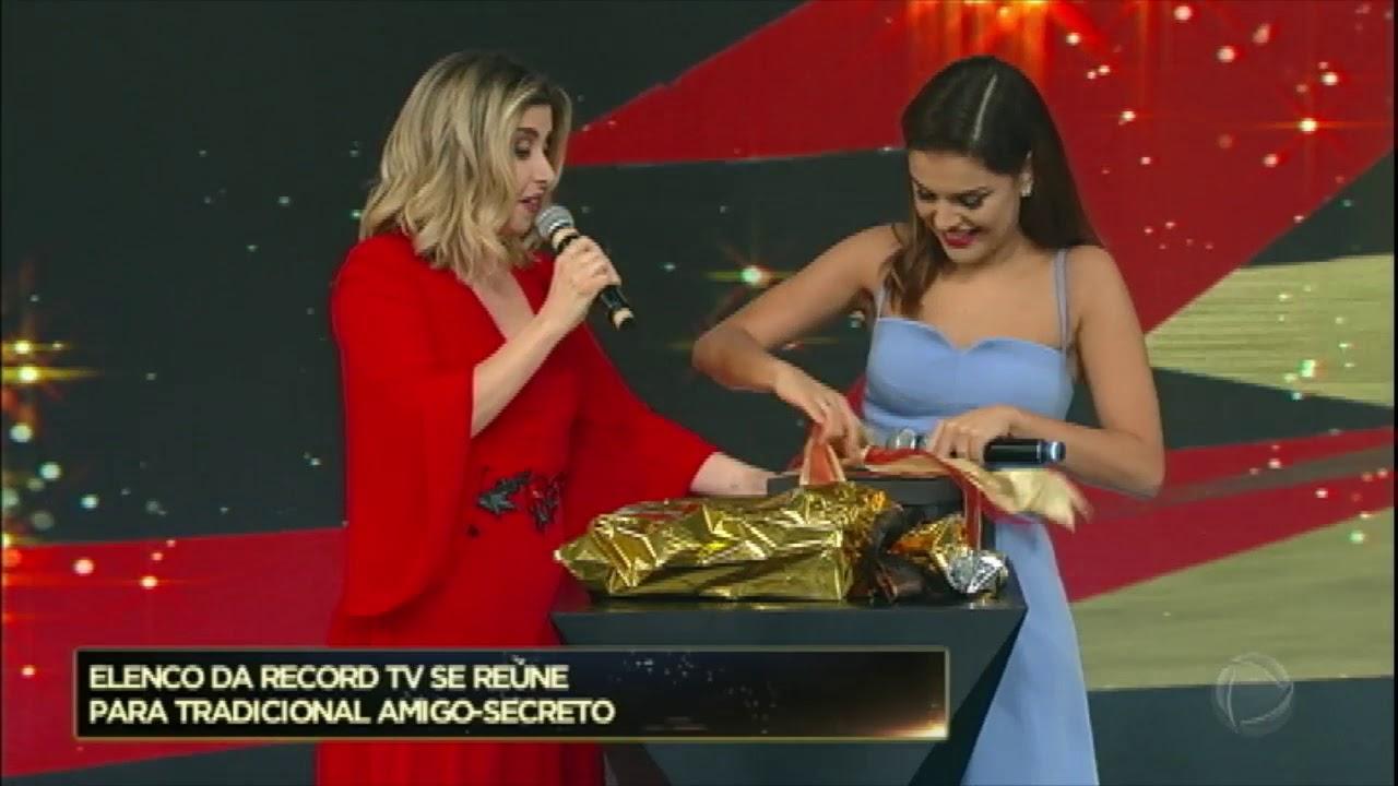 Paloma Bernardi ganha dois presentes de Mylena Ciribelli no Família Record 4f134a4567